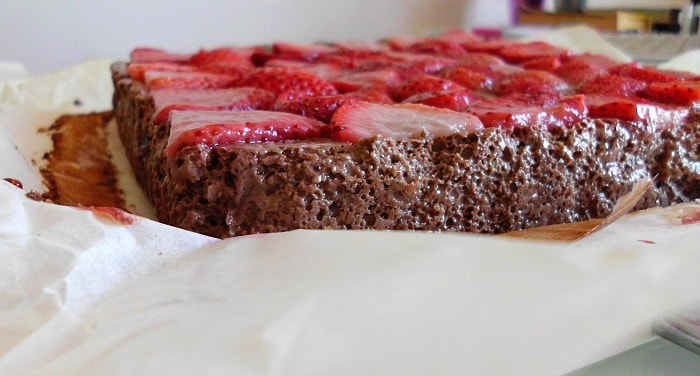 Skinny Chocolate Strawberry Cheesecake Bars | www.happyhealthymotivated.com