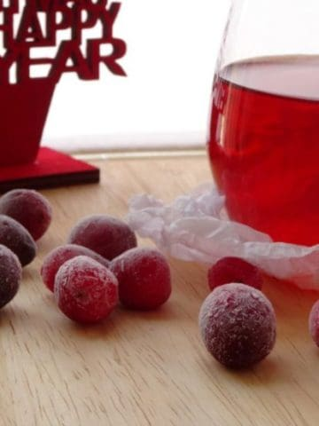 Christmas Cranberry Cosmopolitan Cocktail Recipe | www.happyhealthymotivated.com