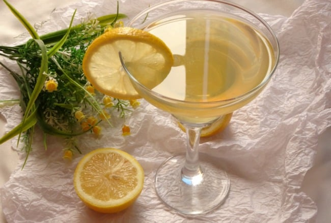 Limoncello Beergarita recipe - just like a refreshing lemon margarita, but way better! The perfect spring cocktail | www.happyhealthymotivated.com