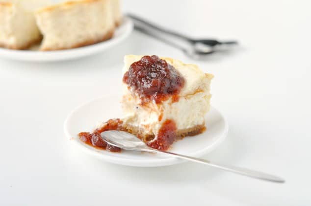 The Best Ever Easy Skinny Cheesecake Recipe   No lie - this really is the best healthy cheesecake recipe in the world ever! It's like the perfect blend of a light and fluffy baked cheesecake and a smooth and creamy no-bake cheesecake. All for just 250 calories per slice!!