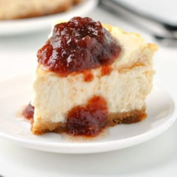 The Best Ever Easy Skinny Cheesecake Recipe | No lie - this really is the best healthy cheesecake recipe in the world ever! It's like the perfect blend of a light and fluffy baked cheesecake and a smooth and creamy no-bake cheesecake. All for just 250 calories per slice!!