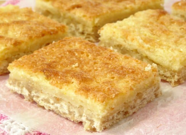 Skinny Lemon Bars #Recipe - a #healthy, lightened-up take on the classic dessert lemon bars. Made with all-natural ingredients and they come in at less than 200 calories per slice! | www.happyhealthymotivated.com