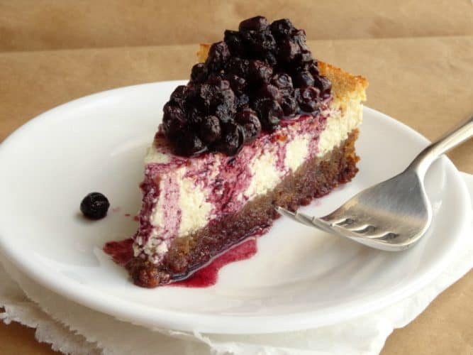 160-Cheesecake Recipe - this healthy cheesecake really does come in at just 160 calories for a huge slice! The whole thing is made from scratch (even the crust!) and it's very low in fat and low in sugar. Definitely going to be making this healthy cheesecake from now on!