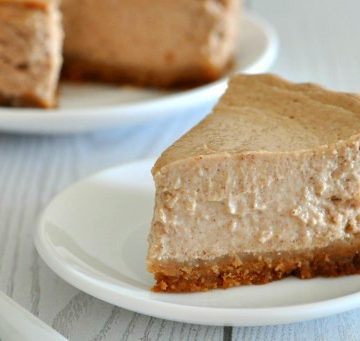 Healthy Pumpkin Spice Cheesecake Recipe | Love the fall flavor of pumpkin spice but hate actual pumpkin? This cheesecake is for you! It's got the most amazing smooth and creamy texture for just 250 calories a slice and contains absolutely no pumpkin. Gimme a fork!