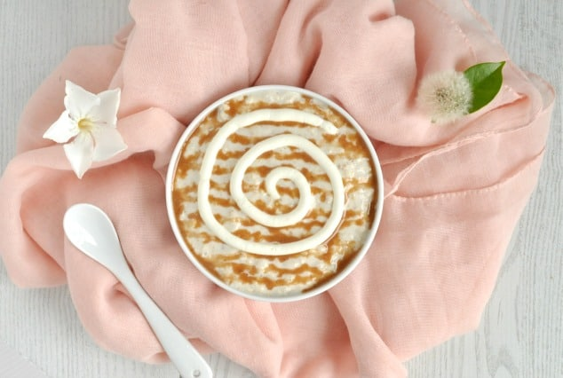 Healthy Cinnamon Roll Overnight Oats Recipe | The best ever healthy breakfast! This healthy oatmeal recipe is gluten free and made with brown sugar and Greek yogurt. It really does taste like a gooey cinnamon roll, but it just takes 5 minutes to make and really is a healthy breakfast.