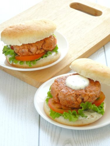 Healthy Salmon Burger Recipe | This clean eating healthy salmon burger is delicious! It's just as yummy and juicy as an ordinary burger, but so much lighter and better for you. It doesn't leave you feeling heavy or bloated and always goes down well at BBQs and picnics!