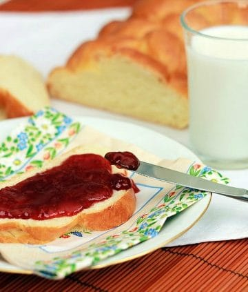 Low FODMAP sauces - strawberry jam on a slice of bread